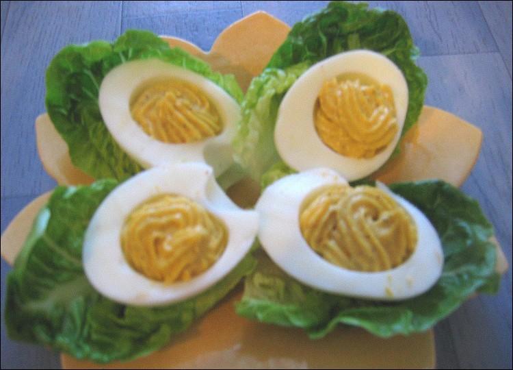 """Un œuf dur dont chaque moitié est farcie d'une mayonnaise épaissie au jaune écrasé devient """"œuf mimosa""""."""