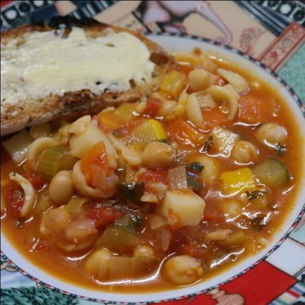 Le minestrone, soupe de légumes très épaisse contient souvent des pâtes.