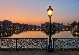 Comment s'appelle le pont à Paris où l'on peut y voir accrocher des cadenas d'amour ?