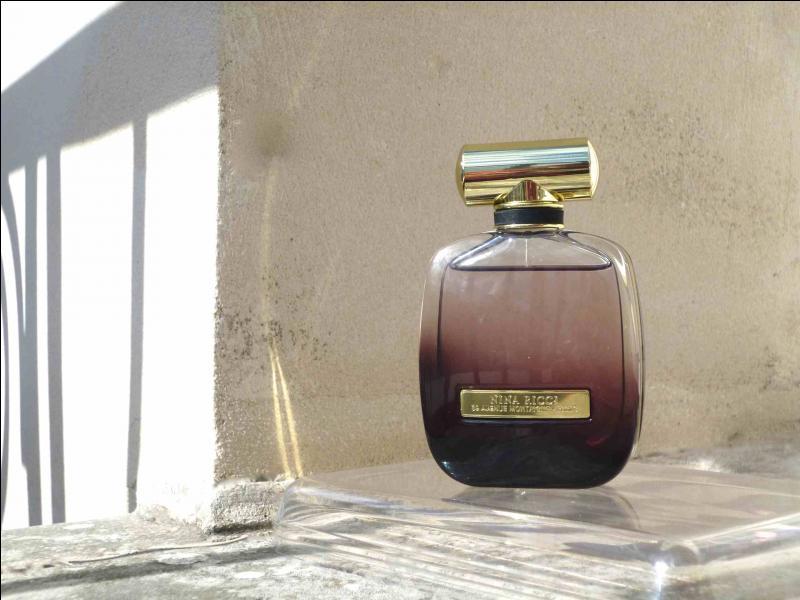 """Ce nouveau parfum de la maison Nina Ricci est une évocation du désir féminin. Qui vante cette nouvelle fragrance 2015 dénommée """"L'Extase"""" ?"""