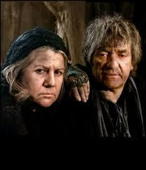 Pour terminer ce quizz, voici les Thénardier, un couple de profiteurs. Ils accepteront d'élever la malheureuse petite Cosette à un si grand prix que Fantine, sa mère, ne pourra plus payer. Parmi ces propositions, laquelle ne concerne pas quelque chose vendu par Fantine pour payer les méchants Thénardier ?