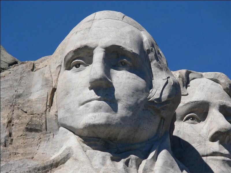 Quel président américain voyons-nous en gros plan sur la photo du mont Rushmore ci-présente ?