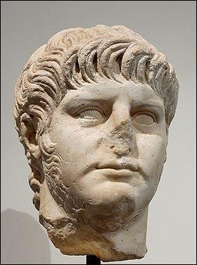 Lucius Domitius Ahenobarbus succéda à Claude à la tête de l'empire romain et régna de 54 à 68. Sous quel nom est-il mieux connu ?