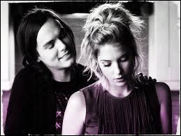 Dans quelle série apparaissent Hanna et Caleb ?