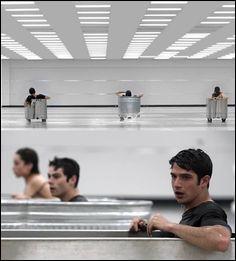 Qui retient Stiles, Allison et Scott lorsqu'ils doivent rester dans la baignoire d'eau glacée ?