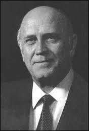 Il a joué un rôle important à côté de Mandela dans la fin du régime de l'apartheid. Il s'appelle :