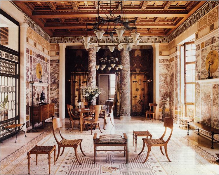 On peut aujourd'hui se faire une idée de la vie quotidienne des Grecs aisés, en visitant une magnifique demeure patricienne reconstituée jusque dans les moindres détails, de la salle à manger au patio, de l'andrôn au gynécée. Comment s'appelle-t-elle ?