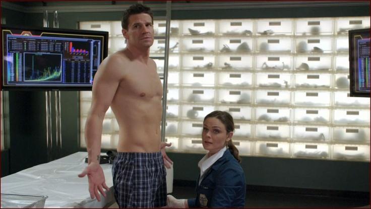 Pourquoi Brennan déshabille-t-elle Booth ?
