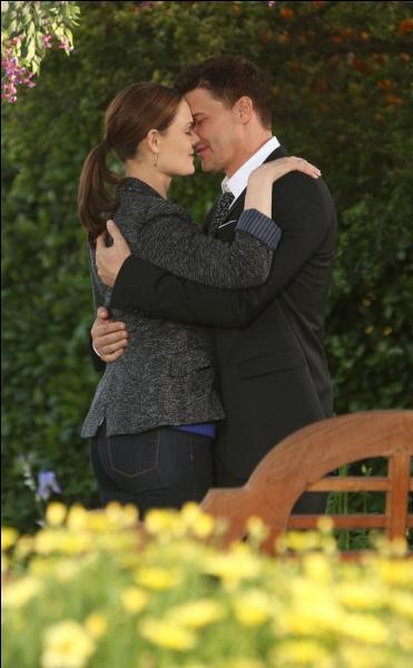 Pourquoi ces deux personnes s'embrassent-elles ?