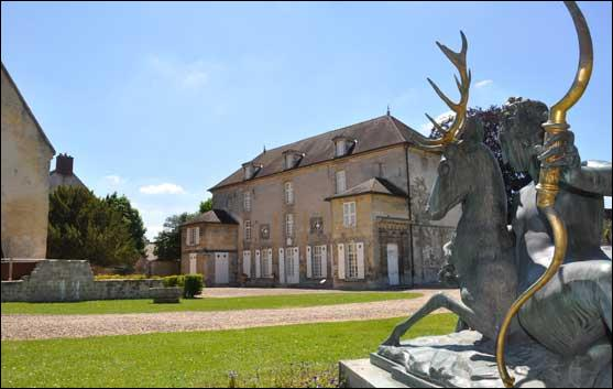 Vous aimez la chasse à courre ! Visitez le musée de la Vénerie, dans le parc du Château royal de cette ville de l'Oise qui fut lieu de séjour des rois, au Moyen Âge.