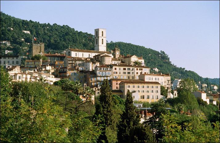 Goûtez au fassoum, spécialité locale de beignets de fleurs de courgettes, dans la ville des parfums située dans les Alpes-Maritimes, où Chanel possède ses propres plantations de roses et de jasmins.
