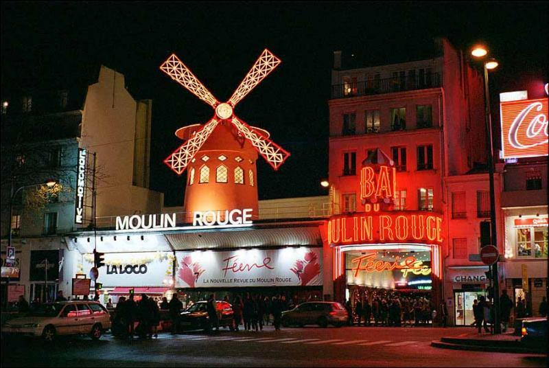 Pourquoi le célèbre Moulin-Rouge situé à Paris ne peut-il être assimilé à un monument du domaine public ?