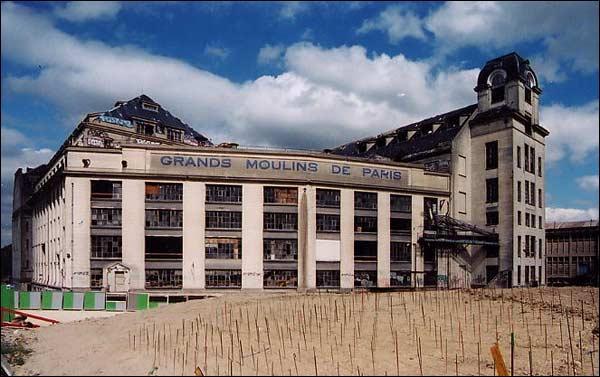 1921-1996- Les Grands Moulins de Paris. Cette ancienne minoterie devient le garde-manger officiel de la capitale et même de l'État jusqu'à la libération. Que sont devenus aujourd'hui ces bâtiments chargés d'histoire ?