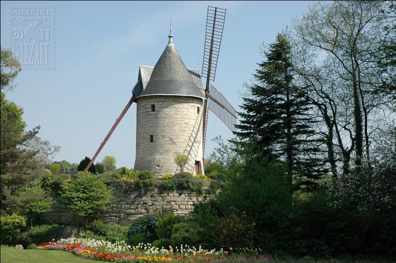Quel est ce moulin datant du XIXe siècle qui sert actuellement de pompe à eau pour alimenter le réservoir de la cascade du bois de Boulogne ?
