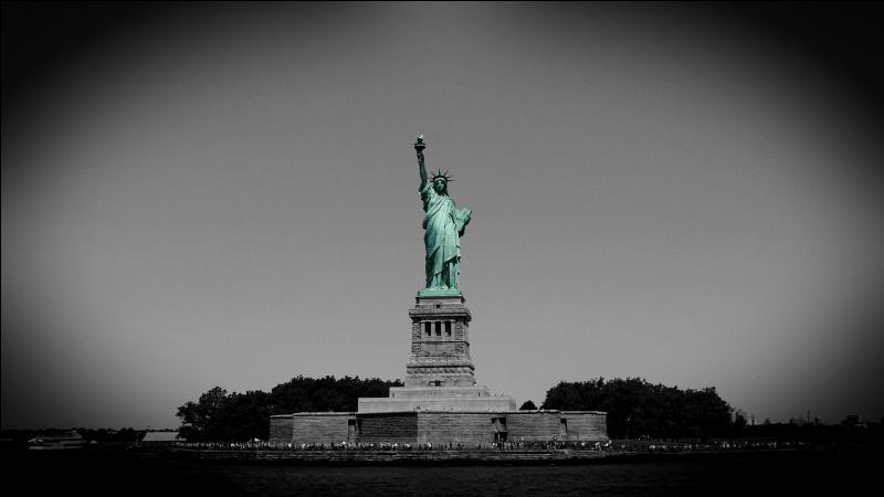 Que tient la statue de la Liberté dans sa main droite ?