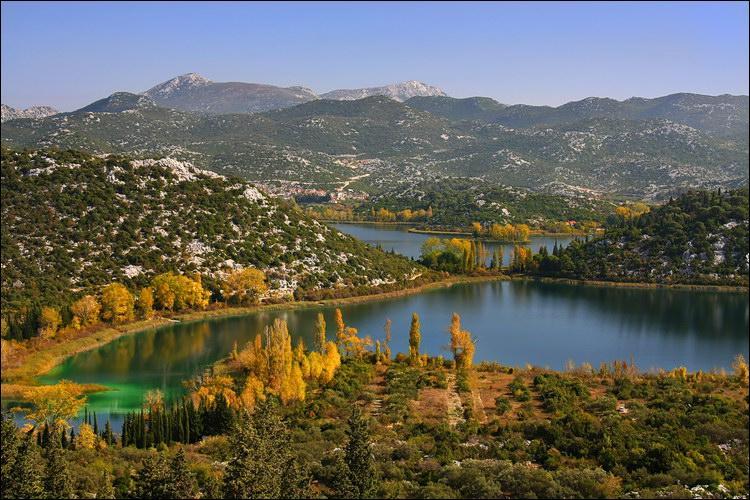 Ce pays est bordé par la mer Adriatique, son littoral est parsemé des très nombreuses îles et il est traversé du nord au sud par les Alpes dinariques. Il s'agit de :
