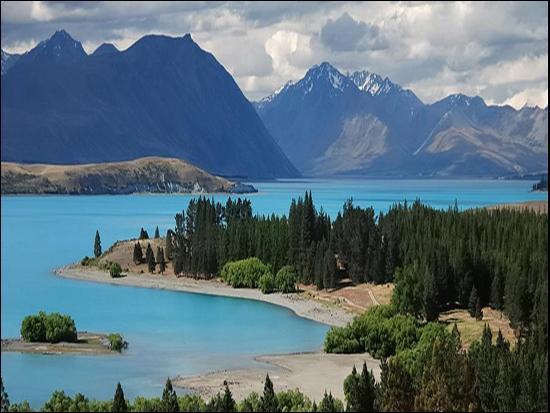 Ce pays comprend deux îles principales, celle du nord, volcanique, et celle du sud dont la côte occidentale est parcourue par une vaste chaîne de montagnes offrant des paysages de fjords et de glaciers. De quel pays s'agit-il ?