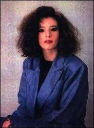 """En quelle année Mylène Farmer a-t-elle sorti son premier single """"Maman a tort"""" ?"""