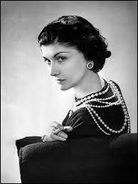 Femme qui a popularisé le port du jersey et les cheveux courts, cette couturière a un parfum célèbre à son nom. Je pense que vous l'avez reconnu, c'est :