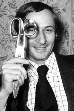 Couturier de renommé internationale, il est décédé en 2008. Il a marqué la deuxième moitié du 20e siècle par son audace et son travail avec les stars. Saurez-vous me donner son nom ?