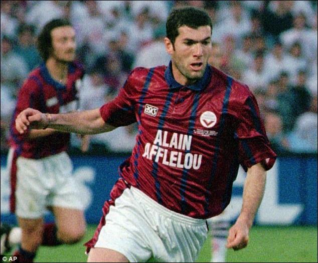 Zinedine Zidane a obtenu le titre de meilleur joueur du championnat de France en :