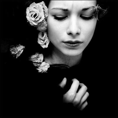 """Qui fut la première interprète des paroles """" C'est aujourd'hui dimanche, tiens ma jolie maman, voici des roses blanches, toi qui les aimais tant"""" ?"""