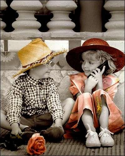 """""""Ecoute, Maman est près de toi, il faut lui dire : """"Maman c'est quelqu'un pour toi... dis écoute moi, le téléphone pleure pour la denière fois..."""" sont des paroles de :"""