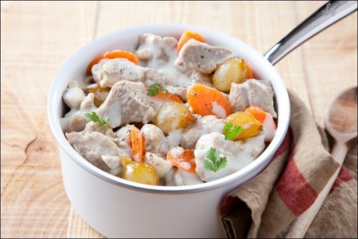 Quel est le nom de ce pot-au-feu de veau pour lequel vous aurez besoin de jaunes d'oeufs, de crème et de champignons ?