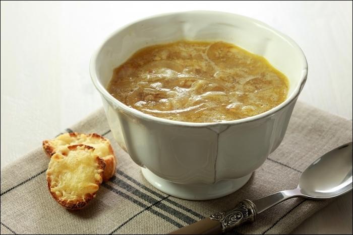 """Pour sa réalisation, il faut faire un """"roux"""" avec beaucoup d'oignons, beurre et farine, rajouter un peu de vin blanc, de l'eau, et ce plat est prêt à servir ! Il se déguste souvent accompagné de croûtons et de râpé :"""