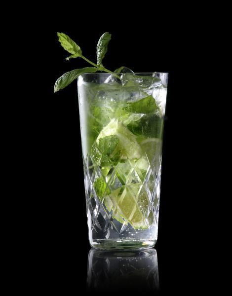 Pour l'apéritif, j'ai choisi un cocktail simple à réaliser grâce à du rhum, du citron vert, des feuilles de menthe et des glaçons :
