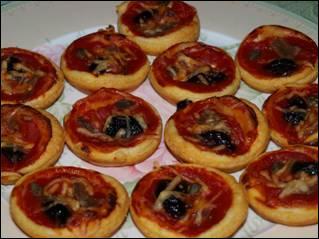 Parmi les tapas, vous sont proposées ces mini pizzas composées de tomate, anchois, mozarella et olives noires :