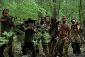 Dans l'épisode 2, à qui le groupe de Rick vient-il en aide ?