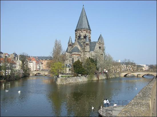 Mon homonyme est la préfecture de la Moselle, et comme aurait-dit Henri IV :