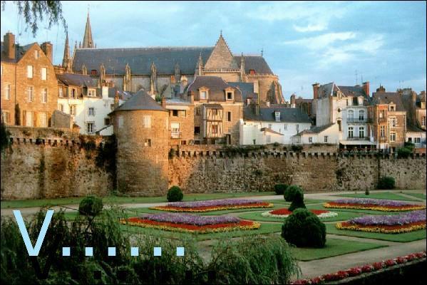 Mon homonyme porte le nom de la préfecture du Morbihan :