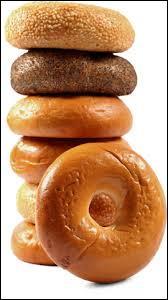 Petit pain rond, en forme d'anneau, à la texture très ferme, fait d'une pâte au levain naturel, cuit brièvement dans l'eau avant d'être passé au four :
