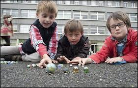 Ils sont petits et ronds, plusieurs générations d'enfants y ont joué avec dans la cour de récréation, il s'agit des...