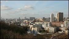 Je vous propose de nous rendre à Montreuil. Deuxième ville de Seine-Saint-Denis, elle fut appelée Montreuil-sous-Bois. Ville de naissance d'Eric Zemmour ou de Thierry Neuvic, elle se situe en région ...