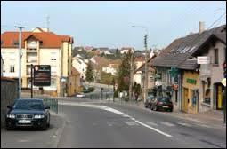 Nous partons à la découverte de Woustviller. Sinistrée à 70% lors de la Seconde Guerre Mondiale, cette ville de Moselle-Est fut reconstruite de 1945 à 1959. Nous nous situons en région ...