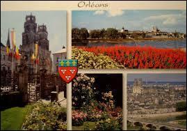 """Je vous envoie une carte postale d'Orléans. Classée """"ville d'art et d'histoire"""", traversée par la Loire, elle est la capitale de l'Orléanais. Connue entre autres pour sa cathédrale Sainte-Croix, elle se situe dans le département ..."""
