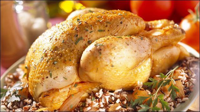 Quel est le nom de ce magnifique poulet castré que vous choisirez de farcir au foie gras, aux marrons ou aux cèpes pour le réveillon ?
