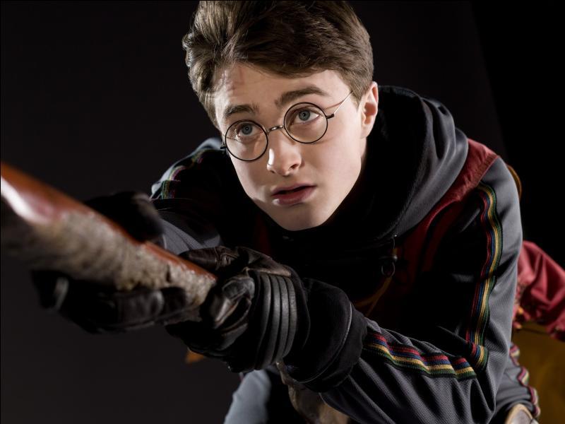 """Un de tes amis anglais te dit qu'il lit en ce moment """"Harry Potter et la chambre des secrets""""."""