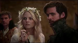 Pourquoi le bal à Camelot prend-il une tournure mortelle ? Qui est blessé(e) ? Qui va le/la sauver ?