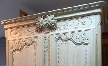 Les rubans, les perles, les cornes d'abondance, les cannelures, les colombes et les rinceaux sont autant de sculptures décorant les armoires. Mais que sont les rinceaux ?