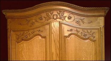 Un meuble tient une grande place dans l'histoire du mobilier : l'armoire normande ! Quelle est l'ornementation caractéristique de l'armoire de la région de Bayeux ?