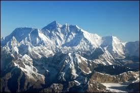 À quelle altitude culmine le mont Everest situé dans l'Himalaya ?
