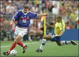 Combien de buts a marqué Zinédine Zidane lors du match de la finale de la Coupe du monde de football de 1998 ?