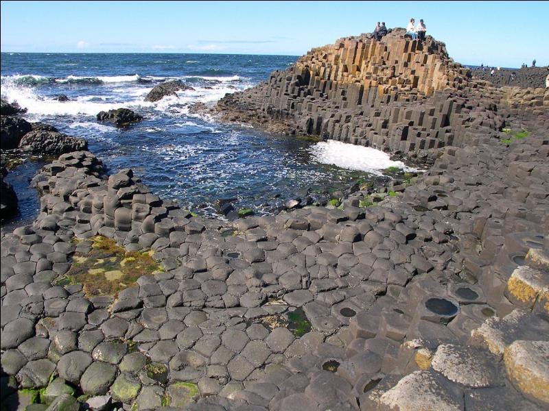 Cette formation volcanique située sur la côte d'Irlande du Nord, érodée par la mer, évoque un pavage irrégulier. C'est la Chaussée des...