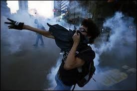 Ce gaz utilisé notamment par les forces de l'ordre, provoque diverses irritations ainsi qu'un important écoulement de larmes. Il s'agit du fameux gaz :