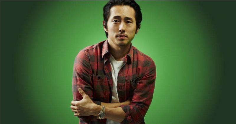 Que fait Glenn pour survivre après être tombé dans une foule de rôdeurs ?