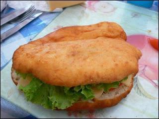 Sandwich antillais dont le pain est frit dans une casserole d'huile de tournesol avant d'être garni :